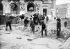 Pavage des rues. Défonçage de la chaussée. Paris, 1908.      © Jacques Boyer/Roger-Viollet