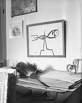 """""""Le Poisson"""" (The Fish), drawing by Georges Braque (1882-1963), French painter, in his studio. Paris, July 1943. © Pierre Jahan / Roger-Viollet"""
