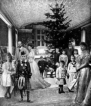 Christmas tree at the court of England in 1907. From left to right: Princess Victoria Alexandra, Prince of Wales (future George V), Prince Edward (future Edward VIII), Queen Alexandra, wife of Edward VII, Prince John Charles, Prince George (future George VI), Prince Albert Frederic, Princess Alexandra of Fife, Prince Henri William, King Edward VII, Princess Maud of Fife, Princess of Wales (future Queen Mary, wife of George V). © Roger-Viollet