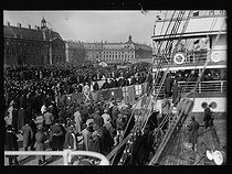 "World War I. Crowd greeting the ""Orleans"" US ship arriving at the quai de Bourgogne after forcing the blockade. Bordeaux (France), on February 27, 1917. Photograph published in the newspaper ""Excelsior"", on February 28, 1917. © Excelsior – L'Equipe/Roger-Viollet"