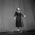 Edith Piaf (1915-1963), chanteuse française, chantant à l'Olympia. Paris, janvier 1961. © Studio Lipnitzki / Roger-Viollet