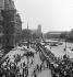 Guerre 1939-1945. Libération de Paris. Chars français de la 2ème DB du général Leclerc, place de l'Hôtel de Ville. Paris (IVème arr.), 26 août 1944. © Roger Berson / Roger-Viollet