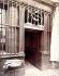 """Enseigne : """"A la biche"""". Paris, 1925. Photographie d'Eugène Atget (1857-1927). Paris, musée Carnavalet. © Eugène Atget / Musée Carnavalet / Roger-Viollet"""