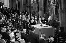 General de Gaulle, President of the French Republic, making a press conference at the Elysee palace. A. Malraux, G. Pompidou, M. Debré, E. Michelet, P. Billotte, M. Schumann, R. Frey, R. Marcellin, M. Couve de Murville, C. Fouchet, P. Messmer, O. Guichard and A. Peyrefitte. Paris, on May 17, 1967. © Roger-Viollet