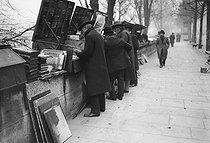 Secondhand booksellers on the banks of the river Seine. Paris, 1908. © Maurice-Louis Branger/Roger-Viollet