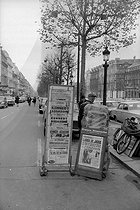 Announce of John Fitzgerald Kennedy's murder on the newspapers front page. Newsstand on the Champs-Elysées. Paris, on November 23, 1963. © Roger-Viollet