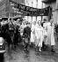 """Laurence Olivier (1907-1989) et son épouse Vivien Leigh (1913-1967), acteurs britanniques, lors d'une manifestation contre la fermeture du """"St. James Theatre"""". Londres (Angleterre), 20 juillet 1957. © PA Archive / Roger-Viollet"""