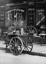 Grinder. Paris, 1907. © Jacques Boyer/Roger-Viollet