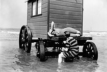 Couple of swimmers and beach hut, circa 1900. © Neurdein / Roger-Viollet