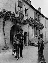 Rural policeman annoucing the news in Rully (Saône-et-Loire), 1955. Photograph by Janine Niepce (1921-2007). © Janine Niepce / Roger-Viollet