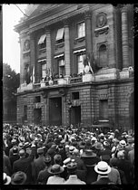 World War I. John Pershing (1860-1948), US General of the Armies, acclaimed by the crowd gathered in front of the Hôtel Crillon. Paris (VIIIth arrondissement), on June 13, 1917. © Excelsior – L'Equipe/Roger-Viollet