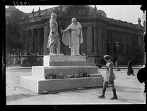 World War One. Model for the Poilu monument by François Sicard, at the roundabout of the Champs-Elysées. Paris (VIIIth arrondissement), late September 1918. © Excelsior – L'Equipe/Roger-Viollet