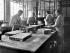 Fabrication de médicaments (coulage et découpage des pâtes dans des moules d'amidon) dans un laboratoire pharmaceutique. France, 1905. © Jacques Boyer / Roger-Viollet