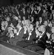 Charles Aznavour, Tino Rossi and Mrs Alain Delon, Eddie Barclay, Stéphane Audran then Jean-Pierre Aumont, Marisa Paran, Michel Simon, Henri Tisot, Marcel Carné, Claire Motte, dancer, Gérard Barray attending the premiere of Charles Trenet, at the Olympia. Paris, on May 3rd, 1971. © Patrick Ullmann / Roger-Viollet