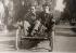 Douglas Fairbanks (1883-1939), acteur américain, et Charlie Chaplin (1889-1977), acteur et réalisateur anglais, lors du tournage d'un film, vers 1920. © Ullstein Bild / Roger-Viollet