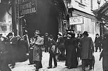 World War I. Crowd at the Pathé-Journal cinema on the Grands Boulevards. Paris, on September 20, 1914. Photograph by Charles Lansiaux (1855-1939). Bibliothèque historique de la Ville de Paris. © Charles Lansiaux / BHVP / Roger-Viollet