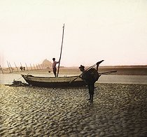 Mont-Saint-Michel (France). Fishing on the shore. Detail from a colorized stereoscopic view. © Léon et Lévy / Roger-Viollet