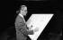 Karl Lagerfeld (1933-2019), couturier allemand, travaillant sur une planche à dessin, septembre 1984. © Ullstein Bild / Roger-Viollet