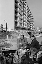 Portuguese workers eating on a construction site. Bobigny (France), January 1971. Photograph by Léon Claude Vénézia (1941-2013). © Léon Claude Vénézia / Roger-Viollet
