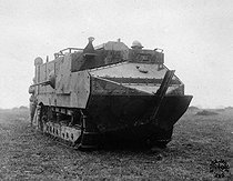 World War I. Schneider tank in 1917. This model participated in the first French attacks by tank. © Roger-Viollet
