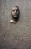 Monument à la mémoire de Jan Palach (1948-1969), étudiant tchécoslovaque s'étant immolé par le feu lors d'une manifestation contre l'invasion de l'Union soviétique. Masque mortuaire en bronze d'Olbram Zoubek sur la façade du bâtiment de philosophie de Prague (Tchécoslovaquie). © TopFoto / Roger-Viollet
