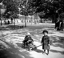 Children playing in the Jardin des Tuileries. Paris, circa 1890. Detail from a stereoscopic view. © Léon et Lévy/Roger-Viollet