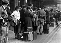 Paid holidays departure. Paris, circa 1937. © Roger-Viollet