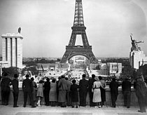 1937 World Fair, in Paris. The first guests.  © Roger-Viollet