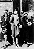 Jewish women selling yellow badges and bread. Warsaw Ghetto, 1941. © LAPI/Roger-Viollet
