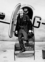 Munich Agreement. Arthur Neville Chamberlain (1869-1940) arriving at the Heston airport after a meeting with Adolf Hitler in Godesberg. London (England), on September 24, 1938. © Roger-Viollet