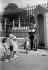 """Enfants devant un """"Grenadier Guard"""" pendant une période de canicule. Londres (Angleterre), 1933. © TopFoto/Roger-Viollet"""