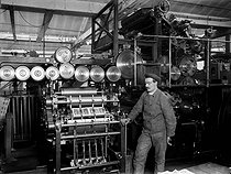 Device plieur of a machine two colours. Printing office Pigelet, on 1911. BOY-3578 © Jacques Boyer / Roger-Viollet