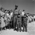 La foule attend l'arrivée de Fidel Castro : deux enfants habillées en soldat maquisards. Jour de l'indépendance. La Havane (Cuba), 24 février 1959. © Roger-Viollet