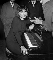 Juliette Gréco (born in 1927), French actress and singer, at Bobino. Paris, March 1961. © Studio Lipnitzki/Roger-Viollet
