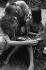 Famille feuilletant un album de photographies. Paris. © TopFoto/Roger-Viollet
