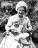 La reine Elisabeth et son petit-fils le prince Andrew, le jour de son soixantième anniversaire dans le jardin de Clarence House. Londres (Angleterre), 4 août 1960. © TopFoto/Roger-Viollet
