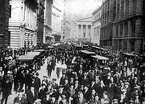 1929 stock market crash in the United States. Crowd in front of the New York stock exchange. © Roger-Viollet