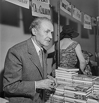 Book fair of veteran writers. Maurice Genevoix (1890-1980), French writer. France, 1960. © Boris Lipnitzki / Roger-Viollet