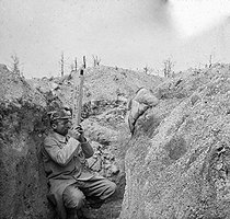 World War One. Battle of Champagne. Soldier using a trench periscope. Perthes-lès-Hurlus (France), 1915. Detail of a stereoscopic view taken by soldier Maurice Létang of the 19th battalion of chasseurs. © Maurice Létang/Roger-Viollet