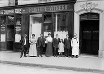 Commerçant et sa famille devant sa boutique. Paris, avant 1914.      © Albert Harlingue/Roger-Viollet