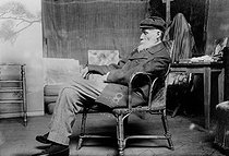 Auguste Renoir (1841-1919), French painter, in his studio. Cagnes-sur-Mer (Alpes-Maritimes, France), about 1907. French National LIbary, Engravings.    © Roger-Viollet