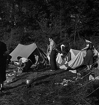 Camping and Culture association. Valmondois (France), 1936-1938. Photograph by Marcel Cerf (1911-2010). Bibliothèque historique de la Ville de Paris. © Marcel Cerf/BHVP/Roger-Viollet