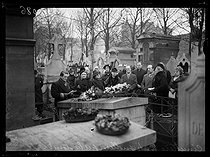 "Ceremony at the Batignolles cemetery in memory of Paul Verlaine (1844-1896), French poet. Paris (XVIIth arrondissement), on January 8, 1939. Photograph from the collections of the newspaper ""Excelsior"". © Excelsior - L'Equipe / Roger-Viollet"