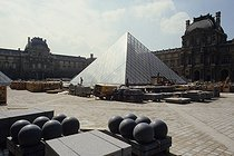 Construction site outside the Louvre Pyramid just before the opening ceremony. Architect : Ieoh Ming Pei (1917-2019). Paris (Ist arrondissement), 1988. © Jean-Pierre Couderc / Roger-Viollet