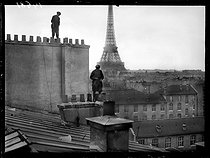 """World War I. Former milliners who became chimney sweeps, working on a roof. Paris, late November 1917. Photograph published in the newspaper """"Excelsior"""", late November 1917. © Excelsior – L'Equipe/Roger-Viollet"""