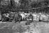 Hommes-sandwichs au repos. Paris, vers 1900. © Albert Harlingue / Roger-Viollet