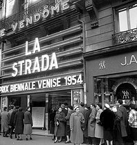 "The queue in front of the movie theatre ""Le Vendôme"", upon the release of ""La Strada"" by Federico Fellini. Paris, Place Vendôme, 1955.  © LAPI/Roger-Viollet"