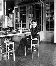 Marie Curie (1867-1934), French physicist, in her laboratory of the rue d'Ulm. Paris (Vth arrondissement), around 1905. © Albert Harlingue/Roger-Viollet