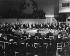 Conférence de l'O.T.A.N. à Paris, Palais de Chaillot, en 1957. Dwight Eisenhower ouvrant la séance. Assis, de gauche à droite : Adnan Menderes (Premier Ministre de Turquie), Harold Macmillan (Premier Ministre de Grande-Bretagne), le Président Eisenhower, Paul Spaak (Secrétaire général de l'OTAN), Joseph Bech (Président de la session, Président du Luxembourg), Achille van Acker (Premier Ministre de Belgique), John G. Diefenbaker (Premier Ministre du Canada), Hans C. Hansen (Premier Ministre et Ministre des Affaires étrangères du Danemark), Félix Gaillard (Premier Ministre de France), Konrad Adenauer (Chancelier de l'Allemagne de l'Ouest). © Roger-Viollet