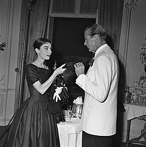 "Shooting of ""Love in the Afternoon"", film by Billy Wilder. Gary Cooper and Audrey Hepburn (wearing a dress by Hubert de Givenchy). United States, on October 6, 1956. © Alain Adler / Roger-Viollet"